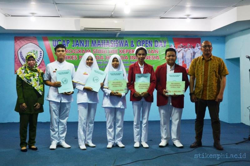 Pemberian Penghargaan Bagi Mahasiswa Berprestasi Akademik