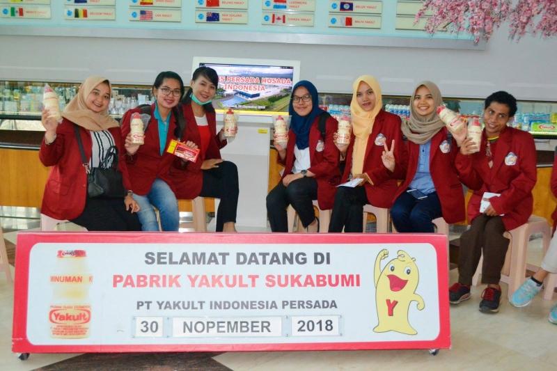 Mahasiswa Berfoto di Lobi Pabrik PT Yakul Indonesia Persada